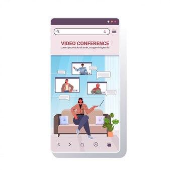 Vrouw chatten met mix race vrienden tijdens video-oproep mensen met online conferentie vergadering communicatieconcept smartphone scherm mobiele app kopie ruimte illustratie