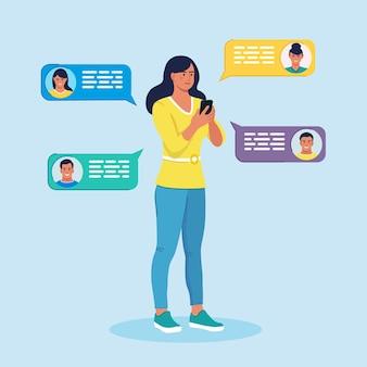 Vrouw chatten via de mobiele telefoon. nieuwe chatberichten melding op telefoon, sms-bubbels.