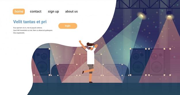 Vrouw danser dragen virtual reality bril dansen op het podium met lichteffecten disco muzikale apparatuur multimedia luidspreker