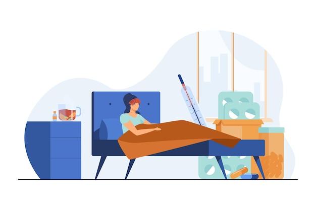 Vrouw die aan griep lijdt en in bed ligt. hoge lichaamstemperatuur, pillen, warme drank vlakke afbeelding