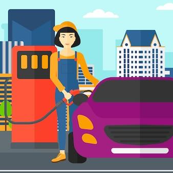 Vrouw die brandstof opvult in auto.