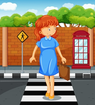 Vrouw die de weg kruist