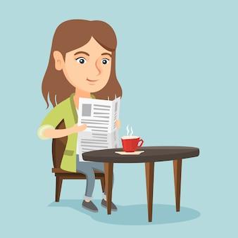 Vrouw die een krant leest en koffie drinkt.