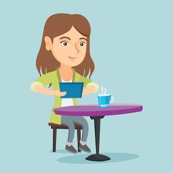 Vrouw die in het sociale netwerk in het koffie surft.