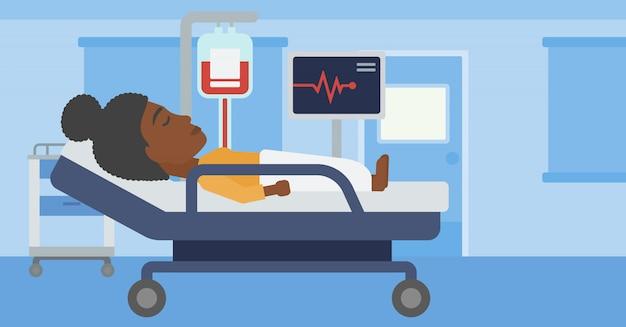 Vrouw die in het ziekenhuisbed ligt.