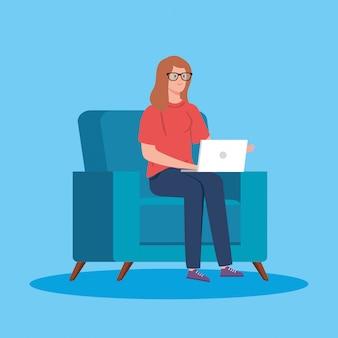 Vrouw die in telewerken met laptop in laag werkt
