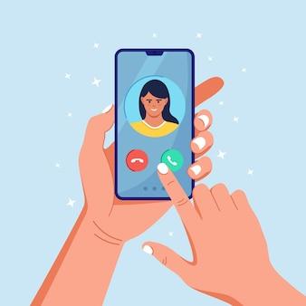 Vrouw die inkomende oproep op het telefoonscherm ontvangt. online conferentie via mobiele telefoon