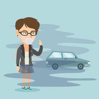Vrouw die masker draagt wegens giftige luchtvervuiling.