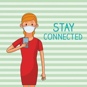 Vrouw die medisch masker en smartphone voor verbonden verblijf draagt