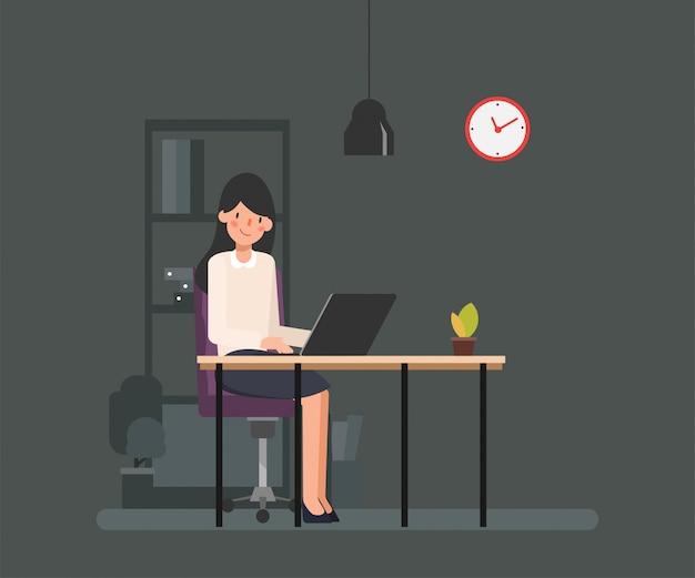 Vrouw die met een laptop werkt.