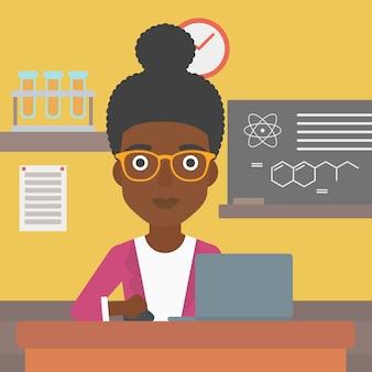 Vrouw die met laptop bestudeert.