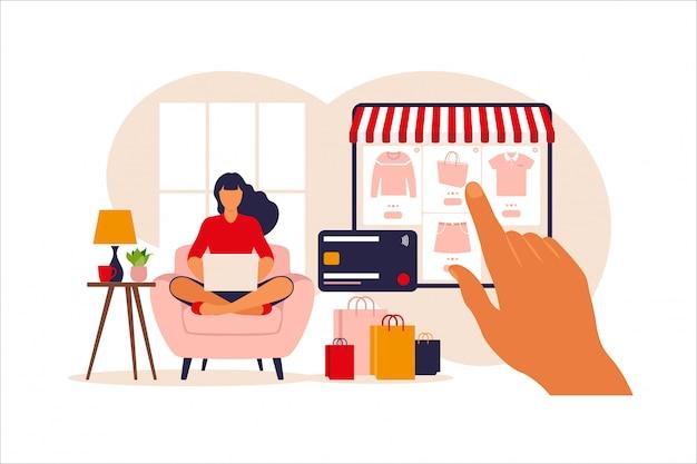 Vrouw die online op laptop winkelt