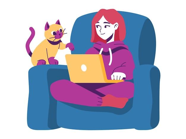 Vrouw die op de bank werkt met een kat