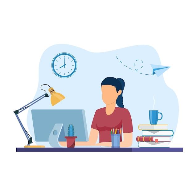 Vrouw die op internet werkt met behulp van laptop en koffie drinkt.