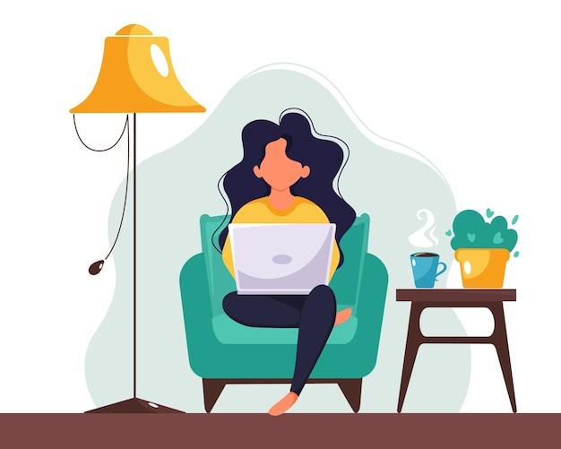 Vrouw die op laptop thuis werkt. freelance, studeren, werk op afstand concept. illustratie in vlakke stijl.