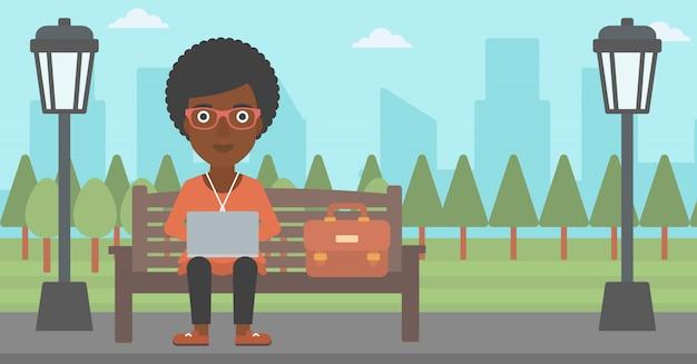 Vrouw die op laptop werkt.