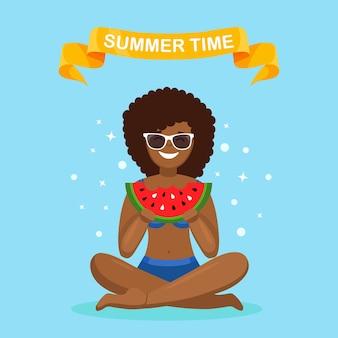 Vrouw die plak van watermeloen eet. zomertijd, strandfeest concept