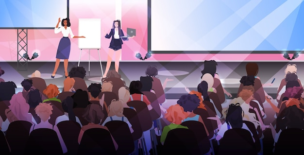 Vrouw die presentatie spreekt voor publiek van podium vrouwenclubmeisjes die elkaar ondersteunen unie van feministenconcept