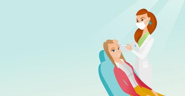 Vrouw die schoonheids gezichtsinjecties in salon ontvangt.