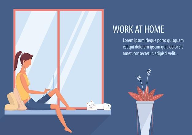 Vrouw die thuis aan laptop in de woonkamer werkt.