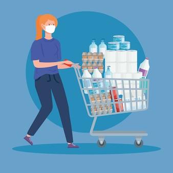 Vrouw die volledige kar van de kruidenierswinkelopslag duwt