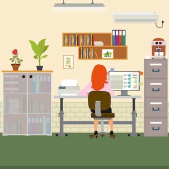 Vrouw die werkt in het kantoor op de computer.