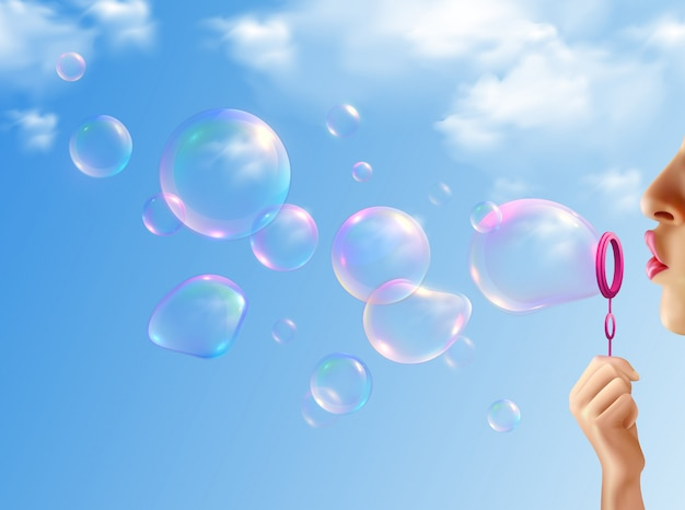 Vrouw die zeepbels met blauwe realistische hemel opblazen