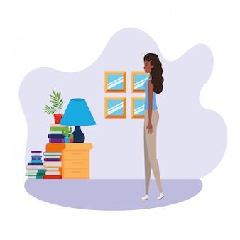 Vrouw die zich in de woonkamer met boeken bevindt