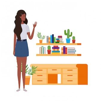 Vrouw die zich met boekenrek van houten en boeken bevindt