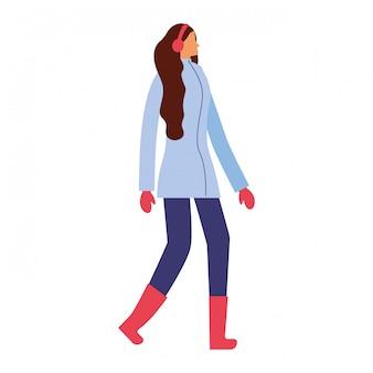 Vrouw die zich met de winterkleren bevindt