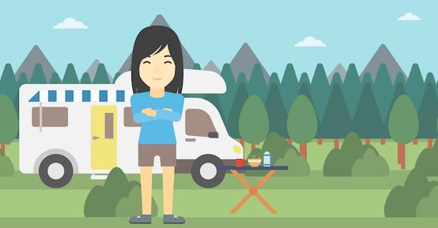Vrouw die zich voor camper.