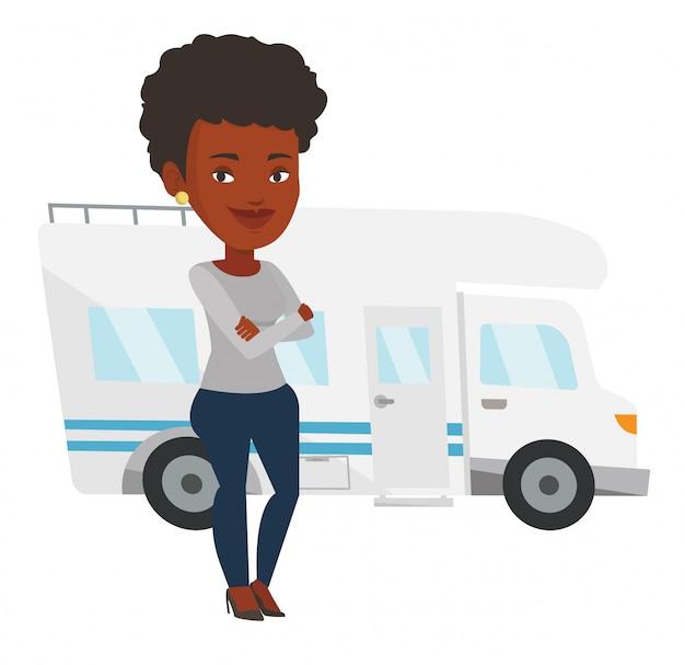 Vrouw die zich voor een kampeerauto bevindt