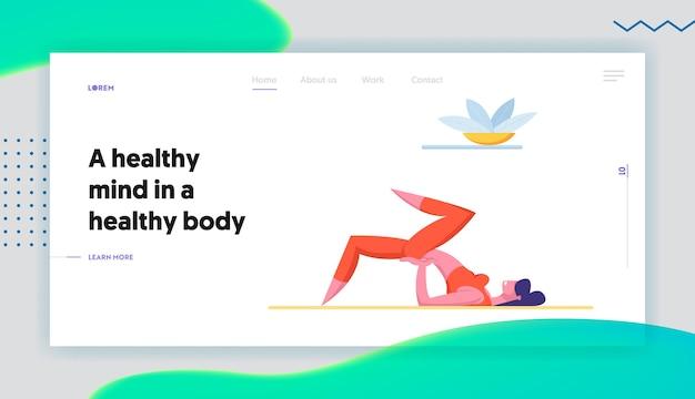 Vrouw doet fitness yoga of aerobics oefeningen thuis