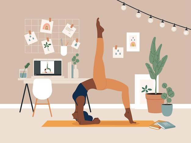 Vrouw doet yoga oefening met videocursus in huis. kamerinterieur met laptop, planten, foto's, tafel en stoel.