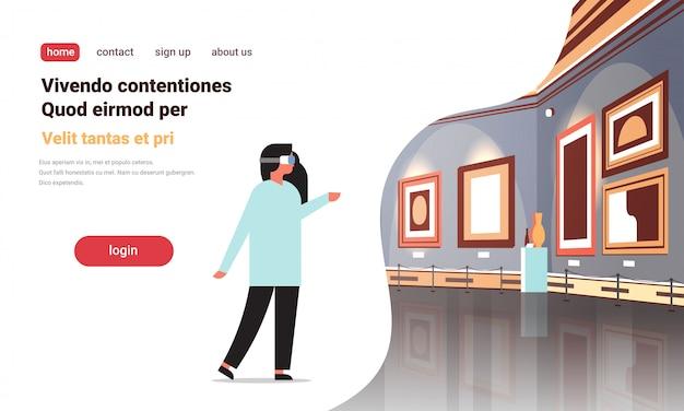 Vrouw draag digitale bril virtual reality kunstgalerie museum interieur creatieve hedendaagse schilderijen kunstwerken of vertoont vr headset technologie concept platte kopie ruimte