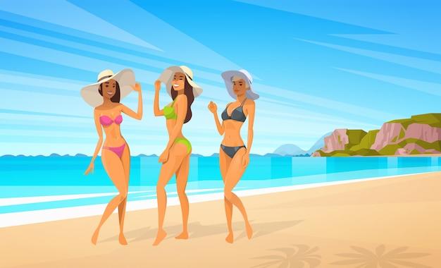 Vrouw drie in bikini op strand