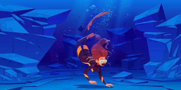 Vrouw duiker met masker zwemmen onder water in zee of oceaan.