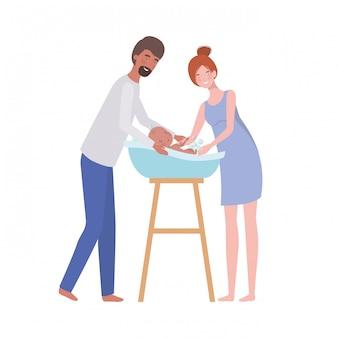 Vrouw en man met pasgeboren baby in de badkuip
