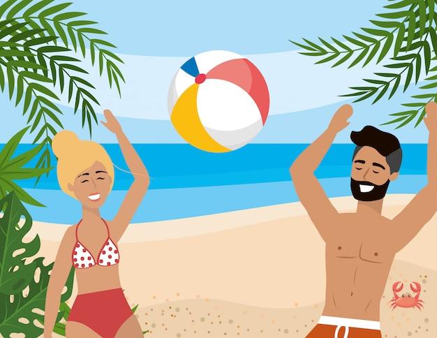 Vrouw en man spelen met strandbal en bladeren planten