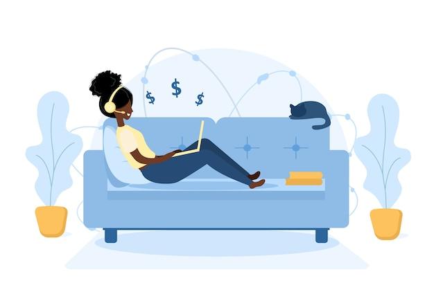Vrouw freelance. afrikaans meisje met laptop zittend op de bank.