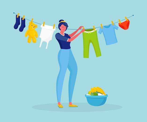 Vrouw hangt het gewassen wasgoed op