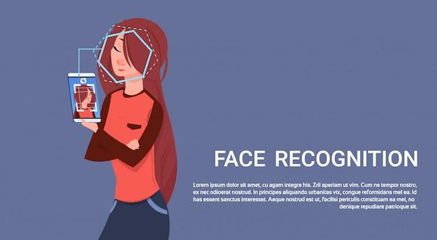 Vrouw houd smart phone scanning gezichtsherkenning concept biometrische toegangscontrole technologie
