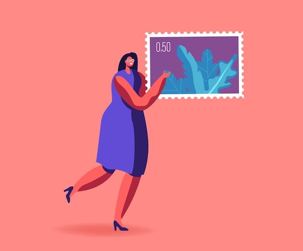 Vrouw houdt zich bezig met filatelie illustratie. klein vrouwelijk filatelist personage draagt enorm poststempel in handen