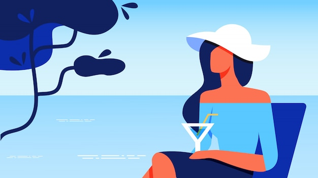 Vrouw in blauwe blouse met glas rust in de buurt van zee.