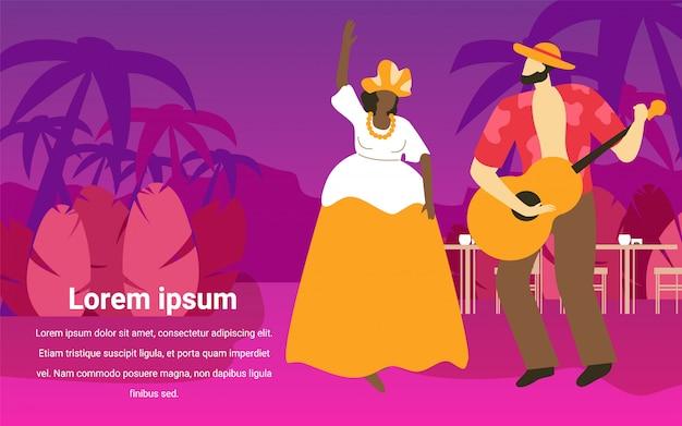 Vrouw in carnaval-kleding. man in shirt met gitaar.