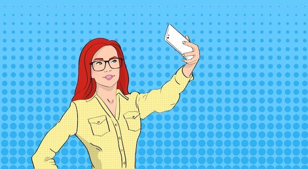 Vrouw in glazen nemen selfie