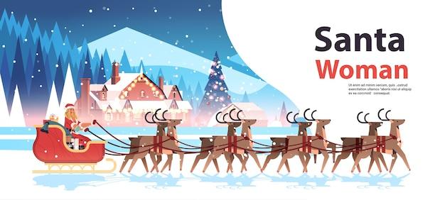 Vrouw in kerstman kostuum rijden slee met rendieren gelukkig nieuwjaar vrolijk kerstfeest vakantie viering concept winterlandschap achtergrond horizontaal exemplaar ruimte vectorillustratie