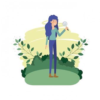 Vrouw in landschap met vergrootglas