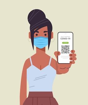 Vrouw in masker met digitaal immuniteitspaspoort met qr-code op smartphone scherm risicovrij covid-19 pandemie vaccineren certificaat coronavirus immuniteit concept verticaal portret vectorillustratie