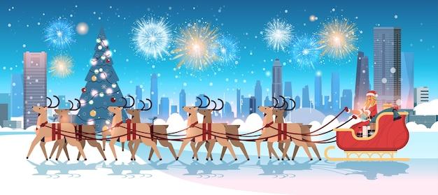 Vrouw in santa claus kostuum berijdende slee met rendieren gelukkig nieuwjaar vrolijk kerstfeest vakantie viering concept vuurwerk in lucht stadsgezicht achtergrond horizontale vector illustratie
